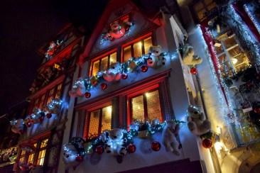 Façade décorée pour Noël, rue du Maroquin à Strasbourg © French Moments