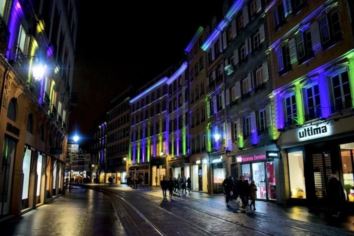 Les façades illuminées de la rue de la Mésange © French Moments