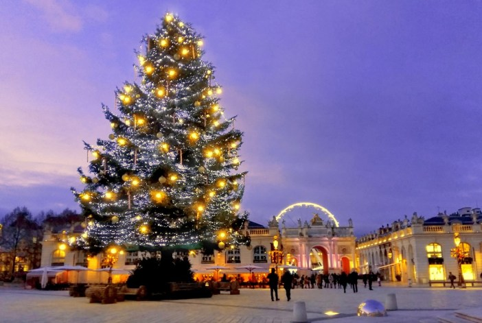 Le sapin de Noël sur la place Stanislas de Nancy © French Moments