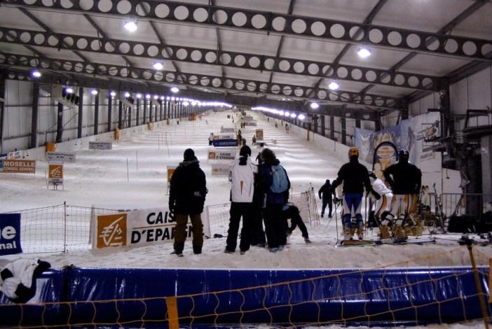 La piste de ski intérieure d'Amnéville sur le site d'un ancien crassier © Tom2 - licence [CC BY-SA 3.0] from Wikimedia Commons