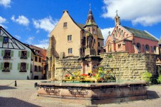 Place du château à Eguisheim © French Moments