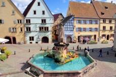 Place du château à Eguisheim © French Moments