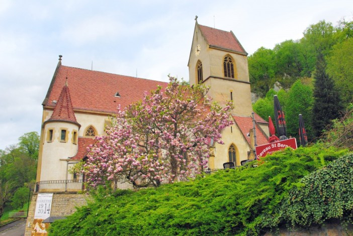 Photos de printemps en Alsace : l'église de Ferrette © French Moments