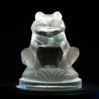 Grenouille par Rene Lalique au Toyota Automobile Museum © Morio - licence [CC BY-SA 3.0] from Wikimedia Commons