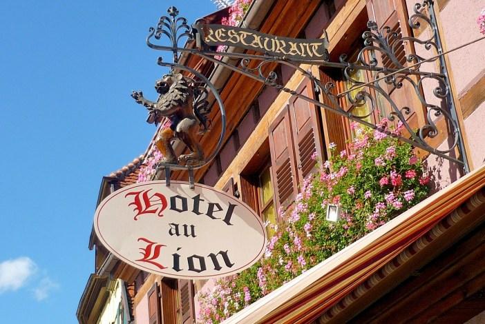 Où dormir en Alsace (Enseigne à Ribeauvillé) © French Moments