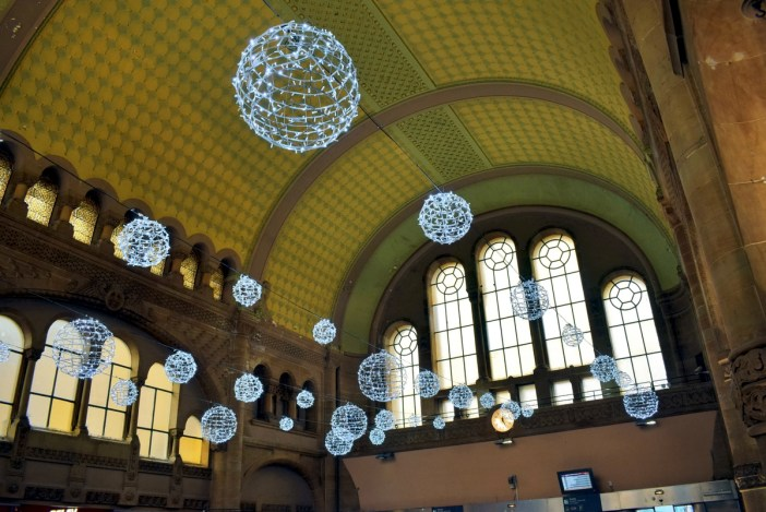Le hall des départs de la gare de Metz à Noël © French Moments
