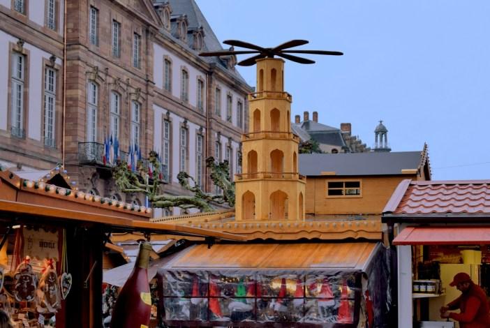 """La """"petite"""" pyramide de Noël au marché de Noël de Strasbourg (place Broglie) © French Moments"""