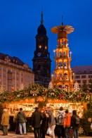 Pyramide de Noël au Striezelmarkt de Dresde © LH DD:Dittrich - licence [CC BY-SA 3.0] from Wikimedia Commons
