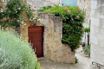 Une vieille rue du village du Poët-Laval dans la Drôme © French Moments
