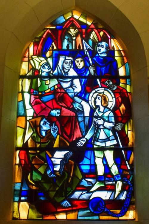 Le procès de Jeanne d'Arc à Rouen - vitrail de l'église Saint-Rémy de Domrémy © French Moments