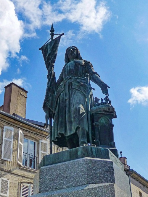 Jeanne d'Arc en Lorraine : sa statue à Neufchâteau © Ji-Elle - licence [CC BY-SA 4.0] from Wikimedia Commons