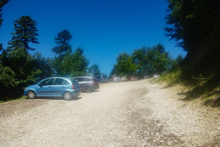 Le parking sur les hauteurs de Villaz © French Moments