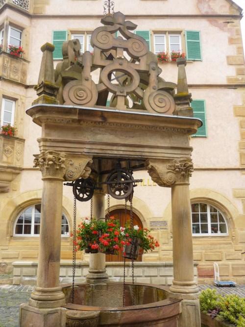 Autour de Strasbourg - puits Renaissance à Bœrsch © French Moments