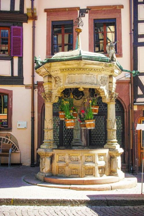 Autour de Strasbourg - le puits Renaissance à Obernai © French Moments