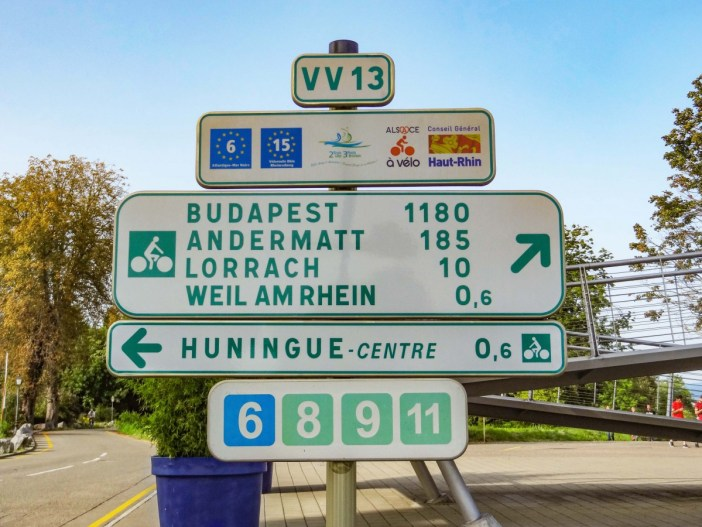 L'EuroVelo 5 et 6 à Huningue au bord du Rhin © MlibFR - licence [CC BY-SA 4.0] from Wikimedia Commons