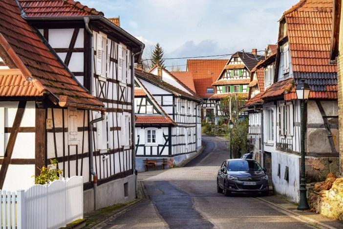 Belles maisons blanches à Hunspach (rue de l'ange) © French Moments
