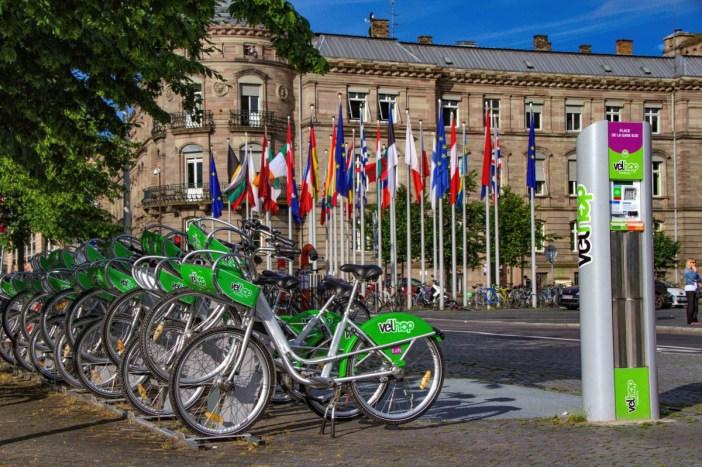 La station automatique des Velhop sur la place de la Gare à Strasbourg © Claude Truong-Ngoc - licence [CC BY-SA 3.0] from Wikimedia Commons