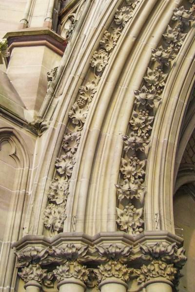 Détail du portail - les grappes de raisin - par Immanuel Giel [Public Domain]