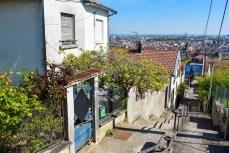 Les maisons individuelles le long des escaliers © French Moments