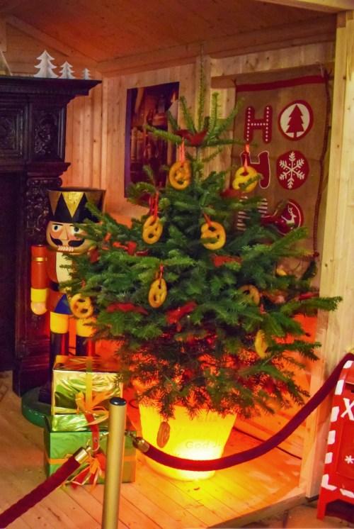 Sapin de Noël décoré de bretzels à Sélestat © French Moments