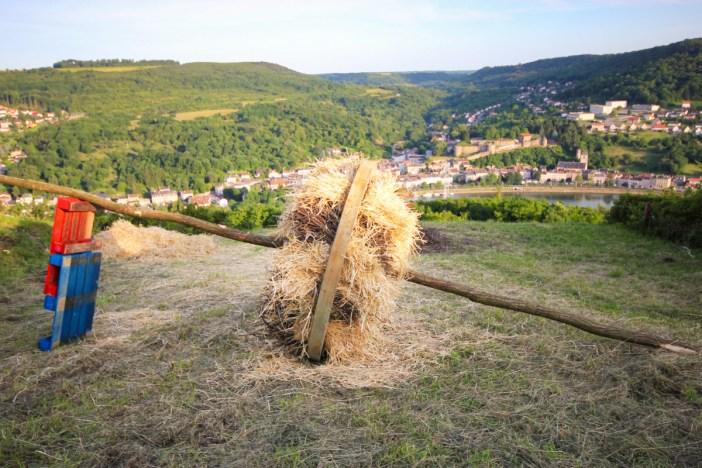 Contz-les-Bains - Roue bourrée avec les sarments de vignes et la paille © Thomgege - licence [CC BY-SA 3.0] from Wikimedia Commons