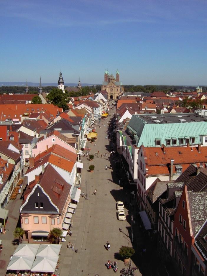 La Maximilianstraße vue de l'Altpörtel © PQ3 - licence [CC BY-SA 3.0] from Wikimedia Commons