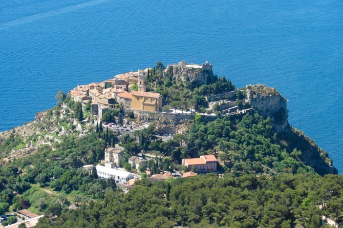 Le village d'Eze sur son nid d'aigle © avu-edm - licence [CC BY 3.0] from Wikimedia Commons
