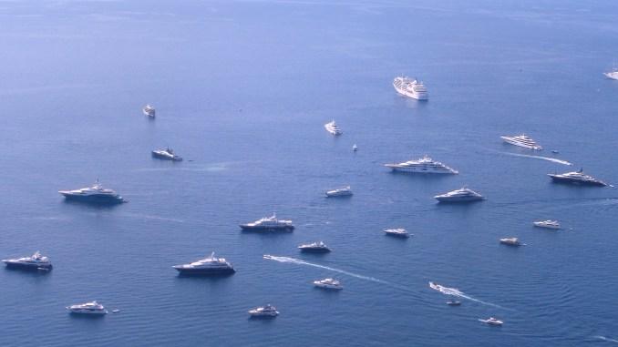 Alcuni yacht ed imbarcazioni nella rada di Monaco durante il GP di Monte Carlo