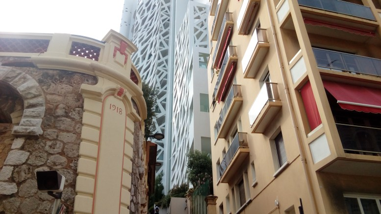 """Il Residence """"Le Simona"""" nel quartiere del Jardin Exotique, è uno dei Palazzi avveniristici realizzati nel Principato di Monaco."""