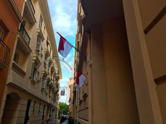 Palazzi Avveniristici e Scorci Antichi: le due Anime di Monaco