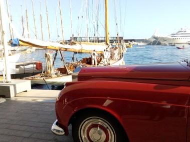 Imbarcazioni d'epoca e Rolls-Royce parcheggiate sul porto durante la Monaco Classic Week