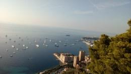 Affollamento di imbarcazioni stamane nella rada di Monaco e Superyachts nel Porto della Condamine in occasione del Monaco Yacht Show