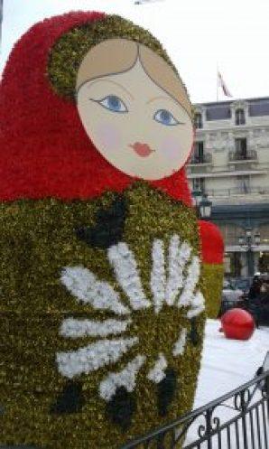 Illuminazioni e coreografie natalizie a Monte Carlo. Nella foto: una delle grandi matrioske nella Piazza del Casinò a Natale 2015.