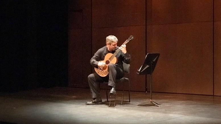 Luigi Attademo suona con l'antica chitarra durante l'Omaggio a Niccolò Paganini, organizzato dall'Associazione Dante Alighieri di Monaco