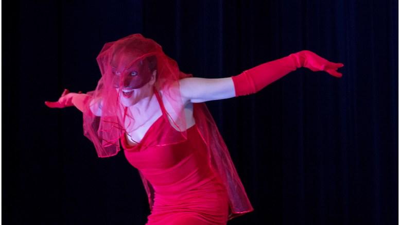 Enrica Barel rappresenta la gelosia nello spettacolo teatrale sui racconti di Dino Buzzati per iniziativa dell'Associazione Dante Alighieri di Monaco Ft.webstudio06 - Riccardo Pizzi