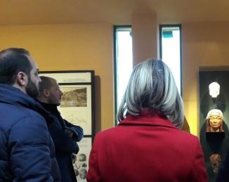Museo preistorico dei Balzi Rossi, Il sindaco Ioculano e alcuni dei presenti all'inaugurazione del riallestimento, di fronte alla Donna del Caviglione