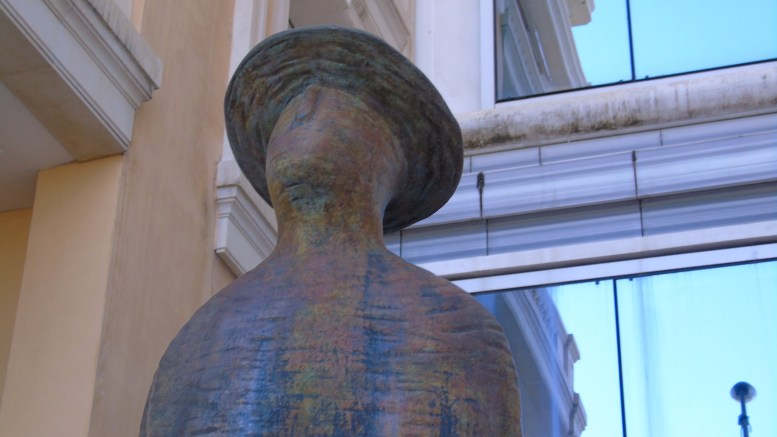 Dettagli di stile: Guardando una Statua di Folon nei Pressi del Porto di Monaco