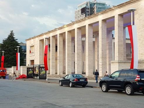 Visita del Principe Alberto a Tirana, la bandiera rossa e bianca di Monaco per le strade di Tirana accanto a quella albanese, ne annuncia l'arrivo Ft © GMD