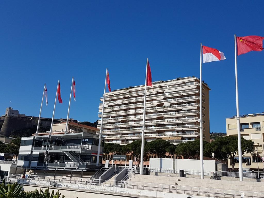 Bandiere della Cina a Monaco, aspettando Xi Jinping