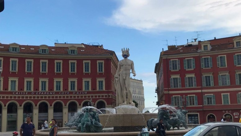 Coronavirus: Osservando la Statua di Apollo a Nizza con la Mascherina