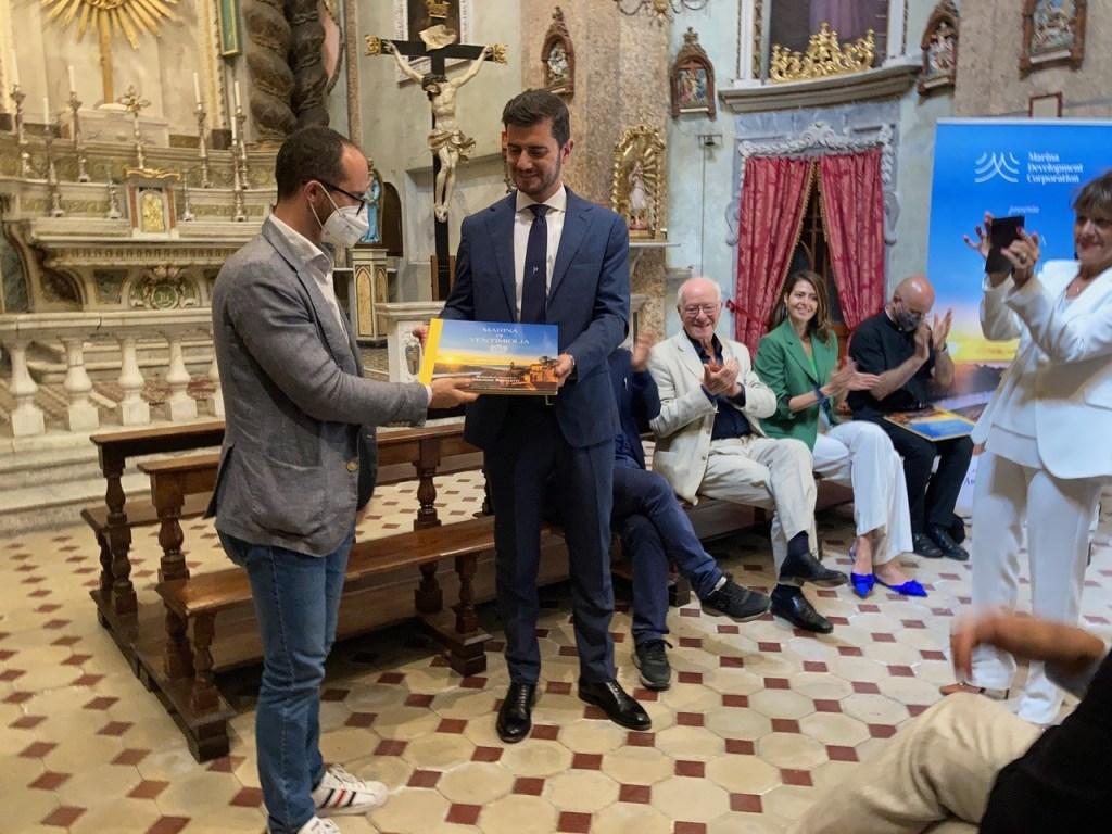 Marina di Ventimiglia: Libro che Fotografa Passato e Presente