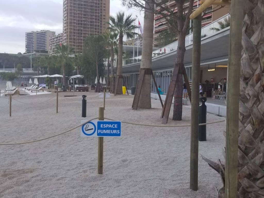 """Le Spiagge di Monaco Diventano """"Non Fumatori""""  (con zone delimitate per chi fuma)"""