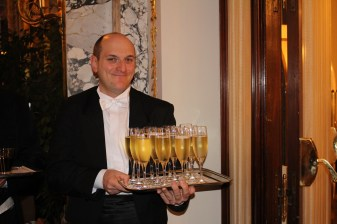 Guests were invited to enjoy a cocktails during the auction @CelinaLafuenteDeLavotha