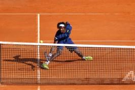 Gael Monfils balancing the tennis ball at the net @CelilnaLafuenteDeLavotha