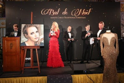 Live Auction with Victoria Silvstedt, dressed by Ali Karoui, at the Christmas Ball 2016 ©Laurent Ciavaldini