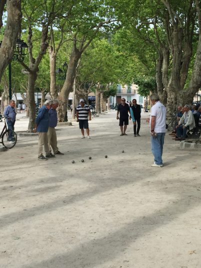 Playing boules in Place des Lices @CelinaLafuentedeLavotha