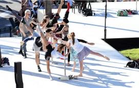 Professional dancers and the public at the Ballet Bar ©Charly Gallo - Manuel Vitali : Direction de la Communication