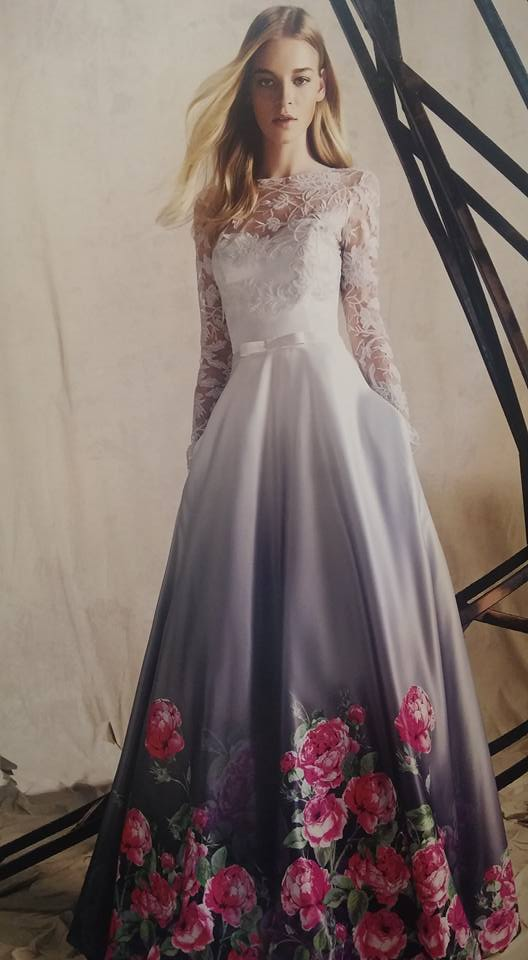 robe libanaise blanche avec fleurs roses