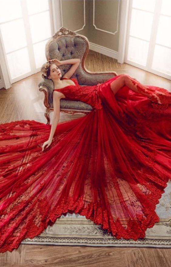 Magnifique robe de soirée Dubai et libanaise. Robe de soirée, gala, mariage pas cher de qualité sur Paris, lille, marseille, lyon. Robe longue traine rouge transparente en dentelle. Broderie, mousseline, taffetas.