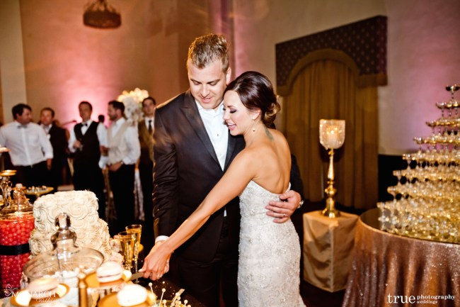 Gatsby-Prado-at-balboa-park-wedding-wedding-cake-cutting